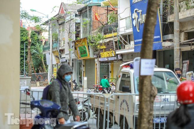 Rào chắn tứ phía cả khu phố Hà Nội vì phát hiện bom chưa nổ - Ảnh 10.