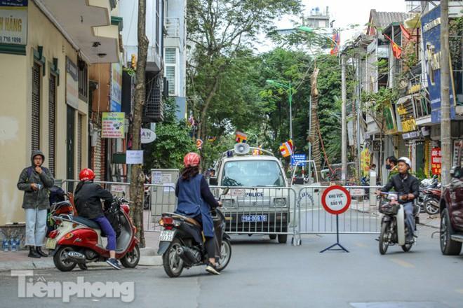 Rào chắn tứ phía cả khu phố Hà Nội vì phát hiện bom chưa nổ - Ảnh 11.
