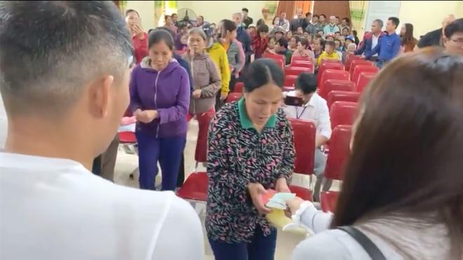 Thủy Tiên và Công Vinh về Nghệ An trao tiền, tặng 115 triệu cho người mất cả trại gà 10.000 con - Ảnh 3.