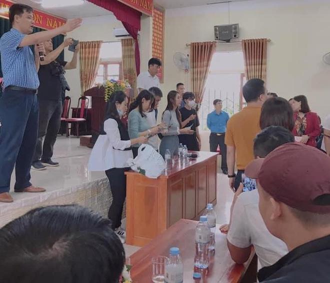 Thủy Tiên và Công Vinh về Nghệ An trao tiền, tặng 115 triệu cho người mất cả trại gà 10.000 con - Ảnh 7.