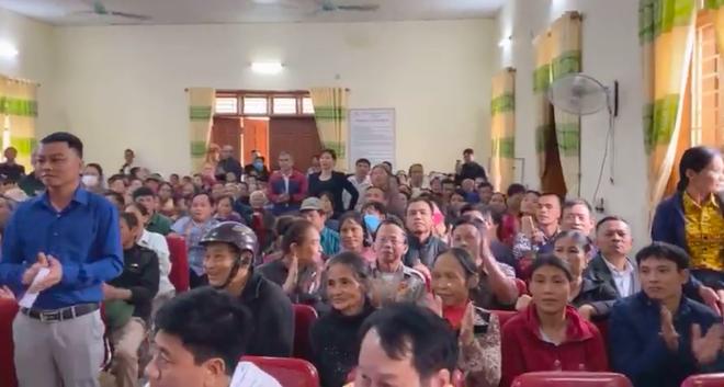 Thủy Tiên và Công Vinh về Nghệ An trao tiền, tặng 115 triệu cho người mất cả trại gà 10.000 con - Ảnh 1.