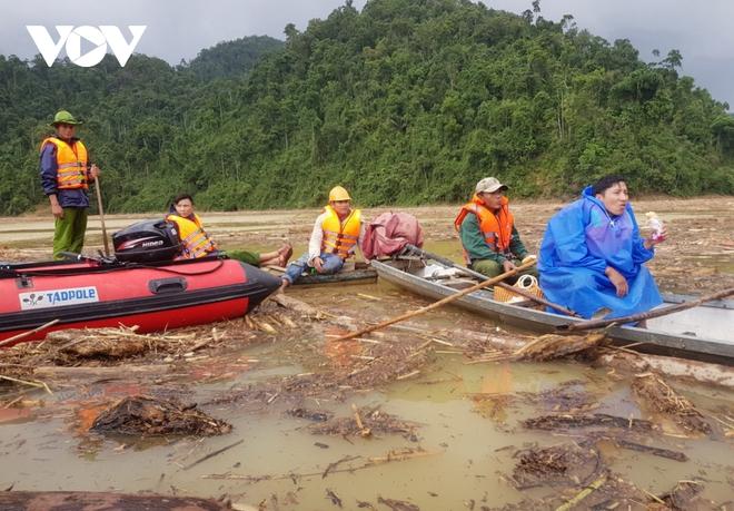 Quảng Nam tăng cường lực lượng, mở rộng khu vực  tìm kiếm nạn nhân - Ảnh 1.