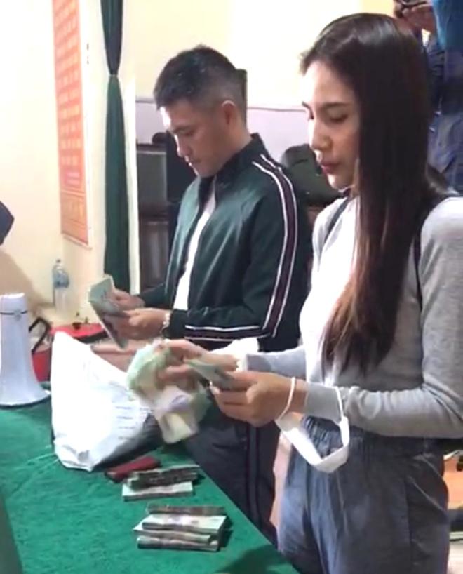 Thủy Tiên và Công Vinh về Nghệ An trao tiền, tặng 115 triệu cho người mất cả trại gà 10.000 con - Ảnh 4.