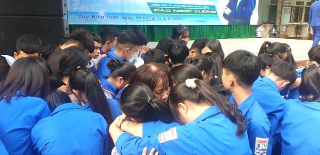 Xúc động hình ảnh cả nghìn học sinh ôm nhau khóc giữa sân trường - Ảnh 7.