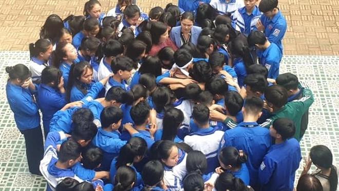 Xúc động hình ảnh cả nghìn học sinh ôm nhau khóc giữa sân trường - Ảnh 6.