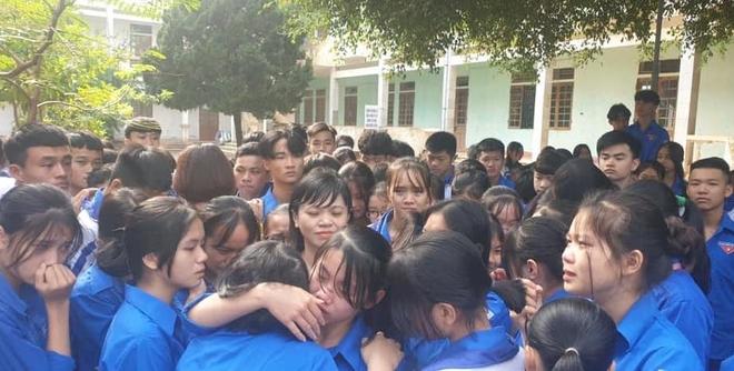 Xúc động hình ảnh cả nghìn học sinh ôm nhau khóc giữa sân trường - Ảnh 3.