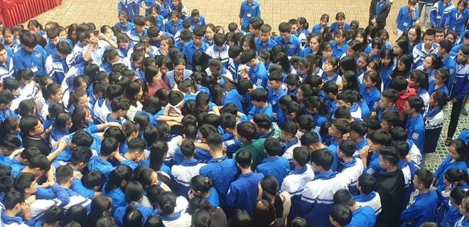 Xúc động hình ảnh cả nghìn học sinh ôm nhau khóc giữa sân trường - Ảnh 8.