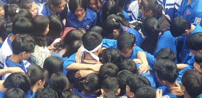 Xúc động hình ảnh cả nghìn học sinh ôm nhau khóc giữa sân trường - Ảnh 2.
