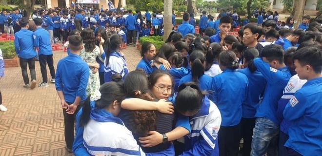 Xúc động hình ảnh cả nghìn học sinh ôm nhau khóc giữa sân trường - Ảnh 5.
