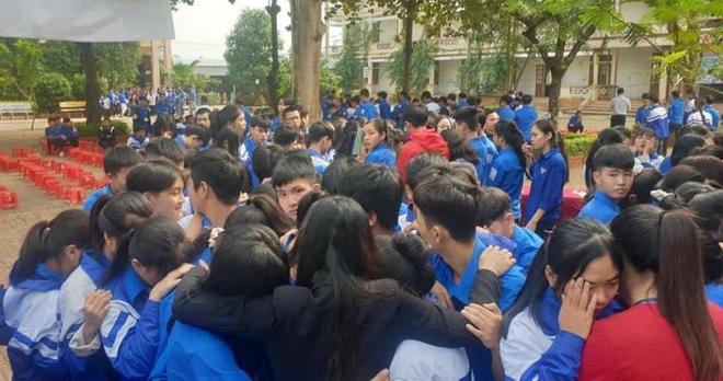 Xúc động hình ảnh cả nghìn học sinh ôm nhau khóc giữa sân trường - Ảnh 4.