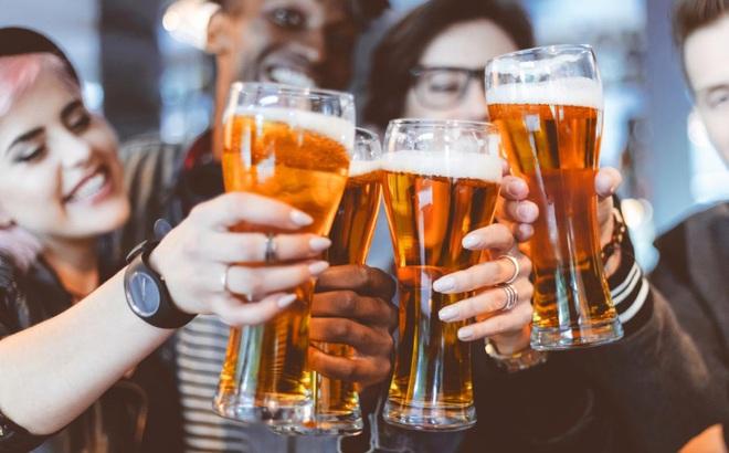 """Say rượu không nên ăn gì: BS dinh dưỡng tiết lộ 9 """"kẻ thù"""" tàn phá dạ dày người say rượu"""