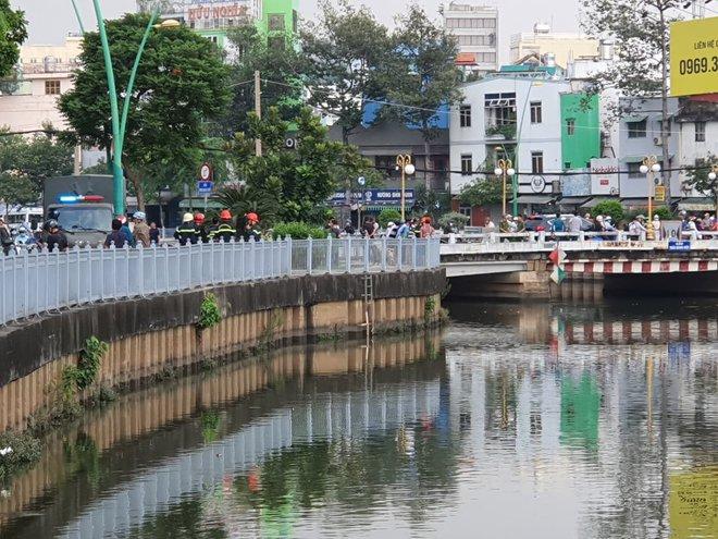 Hàng trăm người đứng xem cảnh sát lặn tìm người đàn ông nhảy kênh Nhiêu Lộc – Thị Nghè - Ảnh 1.