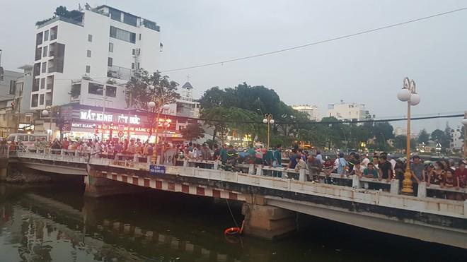 Hàng trăm người đứng xem cảnh sát lặn tìm người đàn ông nhảy kênh Nhiêu Lộc – Thị Nghè - Ảnh 2.