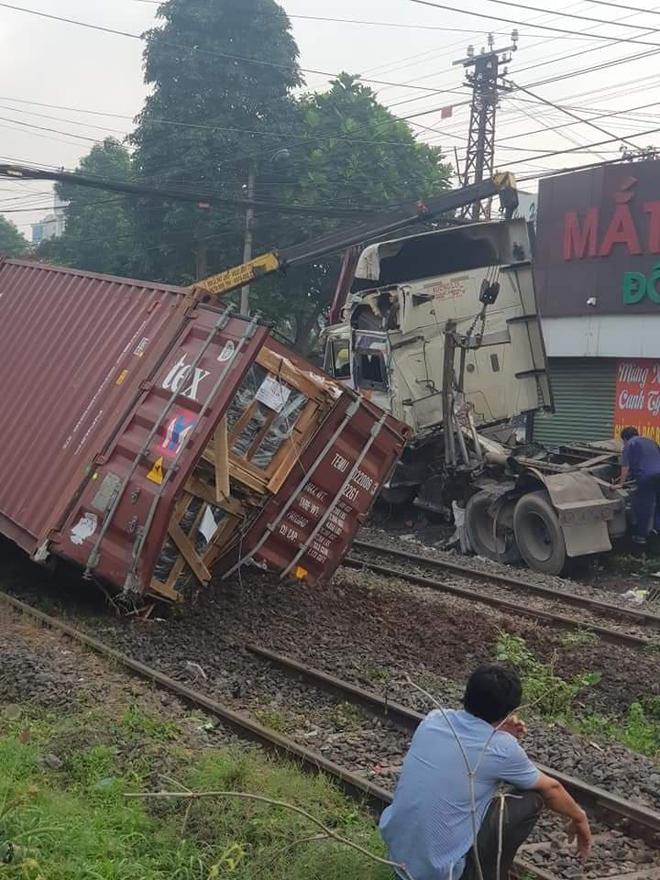 Xe container băng qua đường ray bị tàu hỏa tông đứt lìa, tài xế nguy kịch - Ảnh 1.
