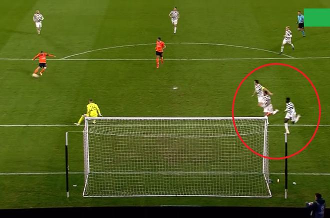 Hai tấm hình 1 giây trước thảm họa khiến fan Man United cười ra nước mắt, ám ảnh khôn nguôi - Ảnh 3.