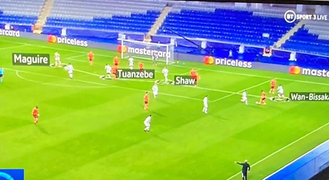 Hai tấm hình 1 giây trước thảm họa khiến fan Man United cười ra nước mắt, ám ảnh khôn nguôi - Ảnh 1.