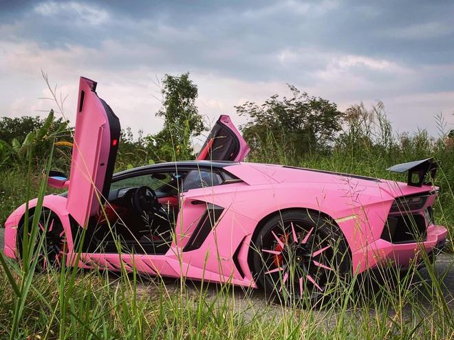 Vừa mua Lamborghini Aventador biển số tứ quý 9, nữ doanh nhân Việt lập tức đổi màu xe sang hồng cực chói loá - Ảnh 3.
