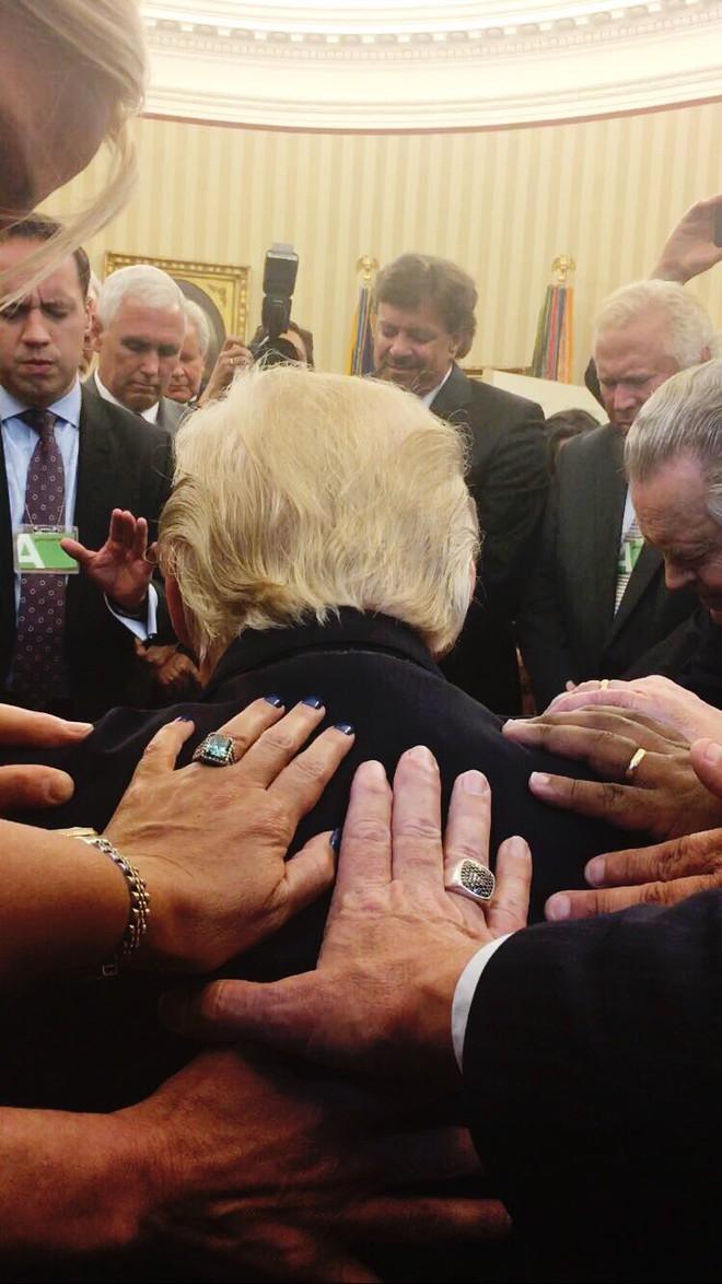 Bầu cử Mỹ: Sự thật bức ảnh TT Trump đứng không vững, cần người đỡ khi các bang ngả xanh - Ảnh 2.