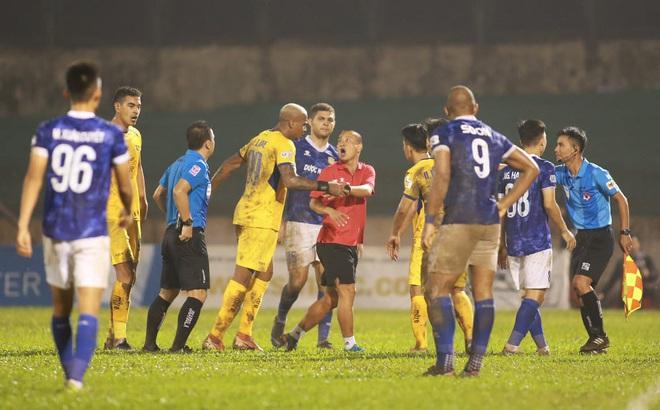 Trợ lý CLB Nam Định bị phạt nặng vì ngang nhiên chạy vào sân gây rối để câu giờ