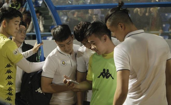 Quang Hải buồn bã, cầu thủ Hà Nội FC nín thở chờ đợi rồi phải nhận
