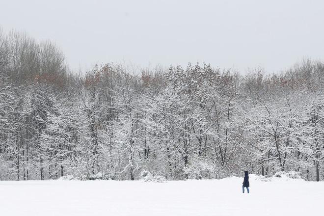 24h qua ảnh: Cô gái đi trong công viên phủ tuyết trắng ở Bulgaria - Ảnh 3.