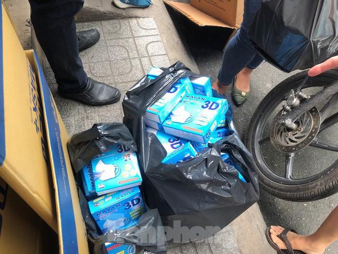 Sợ COVID-19 quay lại, người dân TP HCM đổ xô mua khẩu trang - Ảnh 2.