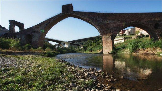 Những cây cầu mang truyền thuyết đáng sợ và bí ẩn nhất thế giới - Ảnh 4.