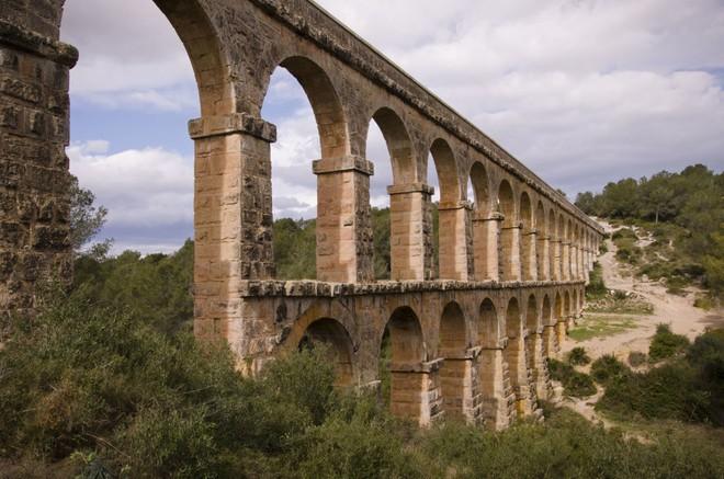 Những cây cầu mang truyền thuyết đáng sợ và bí ẩn nhất thế giới - Ảnh 9.