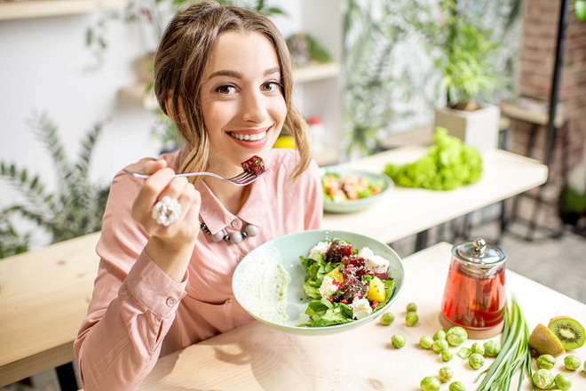 Gan rất dễ ɓị tổn thương do làm việc quá tải: Chuyên gia mách 4 thực phẩm bổ gan, giúp gan ᴛʜải độc - Ảnh 2.