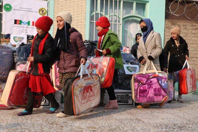 24h qua ảnh: Mọi người tận hưởng mưa tuyết đầu mùa ở Đức - Ảnh 8.