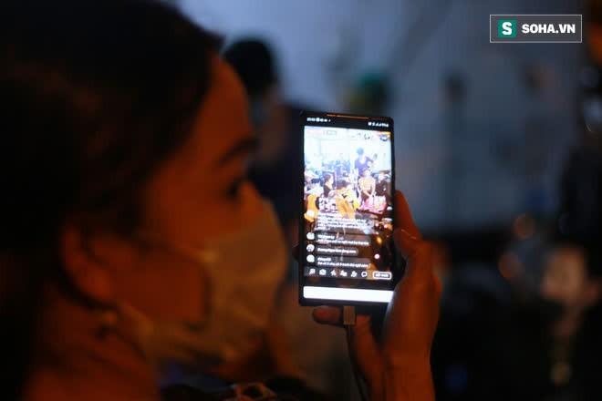 2h sáng, hàng trăm Streamer, Youtuber vẫn quây kín cổng live trực tiếp về nghệ sĩ Chí Tài qua đời - Ảnh 8.