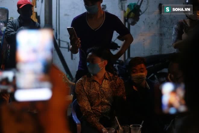 2h sáng, hàng trăm Streamer, Youtuber vẫn quây kín cổng live trực tiếp về nghệ sĩ Chí Tài qua đời - Ảnh 7.