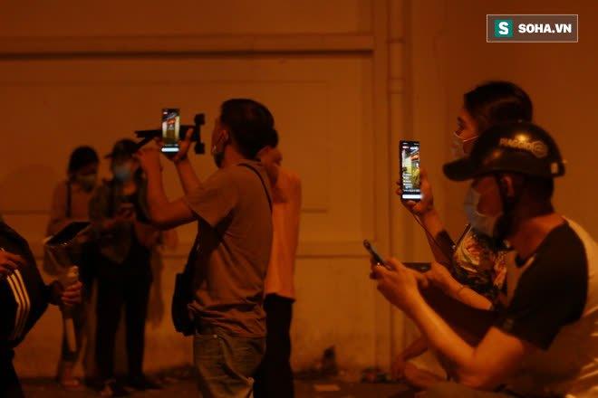 2h sáng, hàng trăm Streamer, Youtuber vẫn quây kín cổng live trực tiếp về nghệ sĩ Chí Tài qua đời - Ảnh 9.