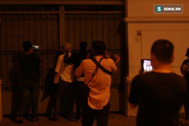 2h sáng, hàng trăm Streamer, Youtuber vẫn quây kín cổng live trực tiếp về nghệ sĩ Chí Tài qua đời - Ảnh 5.