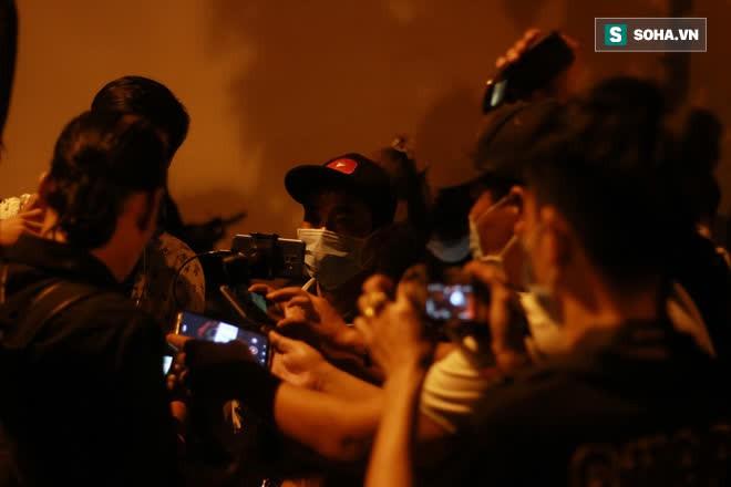 2h sáng, hàng trăm Streamer, Youtuber vẫn quây kín cổng live trực tiếp về nghệ sĩ Chí Tài qua đời - Ảnh 4.