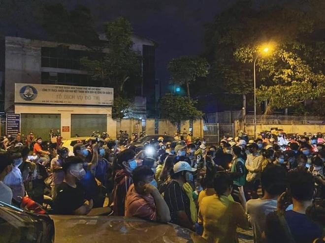 Đám đông hiếu kỳ gây hỗn loạn trước nơi đặt thi hài cố nghệ sĩ Chí Tài - Ảnh 3.