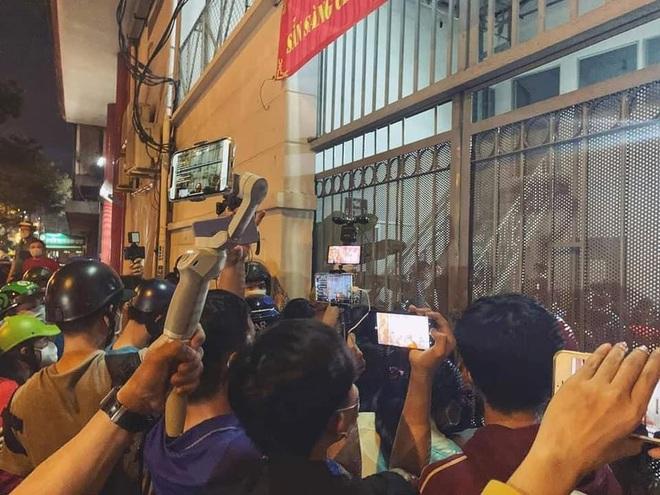 Đám đông hiếu kỳ gây hỗn loạn trước nơi đặt thi hài cố nghệ sĩ Chí Tài - Ảnh 5.