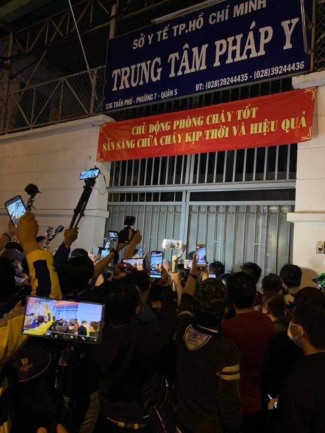 Đám đông hiếu kỳ gây hỗn loạn trước nơi đặt thi hài cố nghệ sĩ Chí Tài - Ảnh 4.
