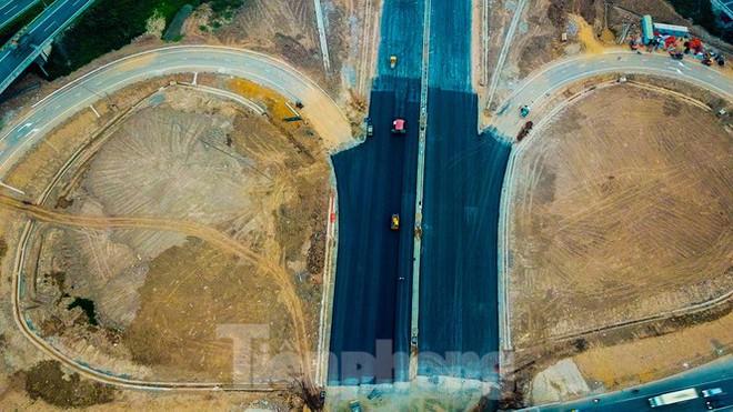 Nhìn gần nút giao 400 tỷ đồng sắp hoàn thiện ở Hà Nội - Ảnh 1.