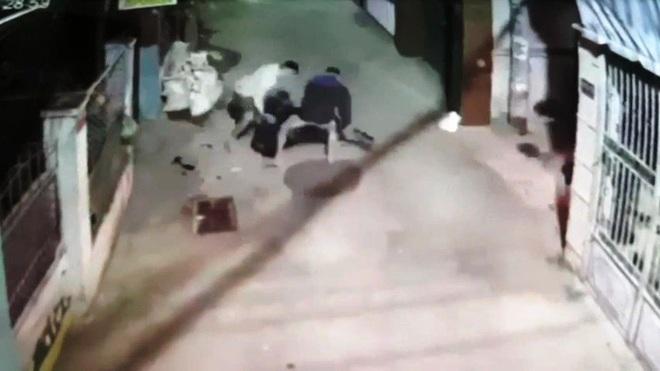 Camera ghi lại cận cảnh 2 băng nhóm bắn nhau như phim hành động ở Tiền Giang - Ảnh 2.