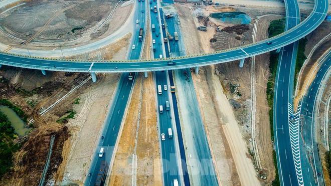 Nhìn gần nút giao 400 tỷ đồng sắp hoàn thiện ở Hà Nội - Ảnh 2.