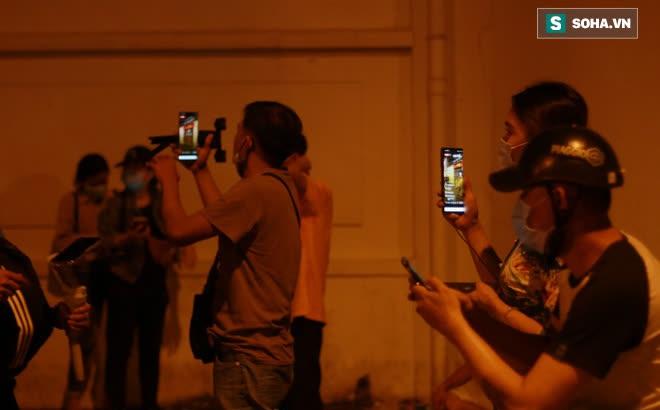 2h sáng, hàng trăm Streamer, Youtuber vẫn quây kín cổng live trực tiếp về nghệ sĩ Chí Tài qua đời