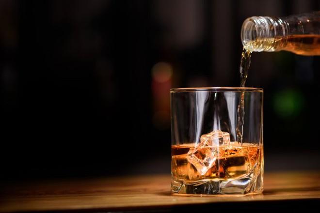 Uống rượu có giết được virus trong cơ thể: Chuyên gia nói sẽ giết người trước khi giết virus - Ảnh 1.