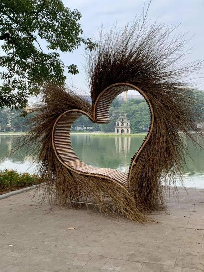 """Xôn xao bức ảnh một mô hình trái tim làm bằng tre đặt ở Hồ Gươm: """"Tối qua, tôi đã yêu cầu dời đi - Ảnh 1."""