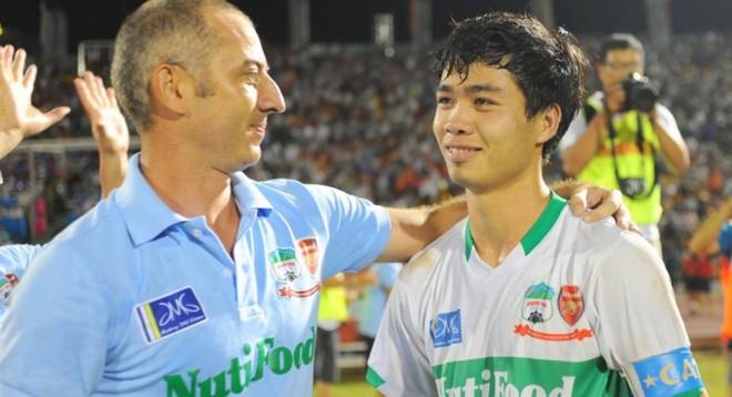 Đằng sau câu hờn mát của bầu Đức, là tham vọng dùng Kiatisuk nâng tầm bóng đá Việt Nam - Ảnh 1.