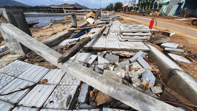 Phố đi bộ hơn 170 tỷ ven đầm ở Lăng Cô tan nát do thủy triều dâng cao? - Ảnh 1.