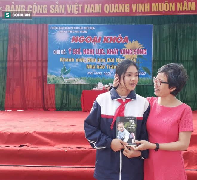 Học sinh vui mừng được gặp mẹ của chú lính chì Thiện Nhân và nhận cuốn sách đặc biệt - Ảnh 6.