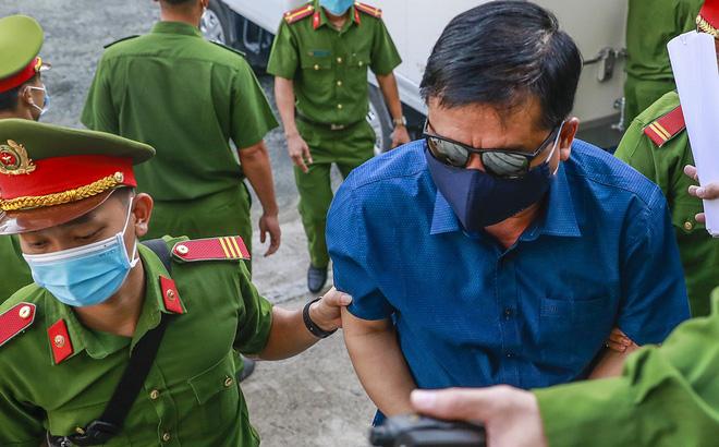 [Ảnh] Ông Đinh La Thăng đeo kính đen, bịt khẩu trang kín mít được áp giải tới toà cùng 18 bị cáo vụ cao tốc Trung Lương