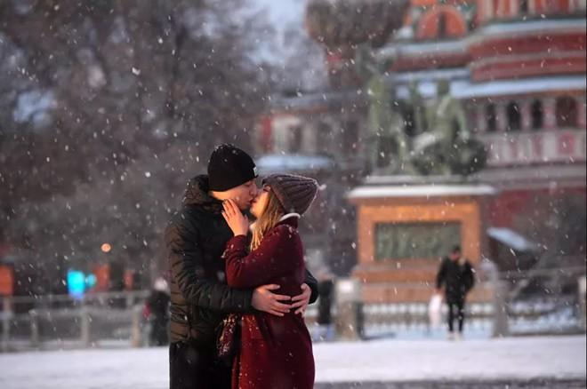 24h qua ảnh: Cặp đôi hôn nhau dưới mưa tuyết trên quảng trường Đỏ - Ảnh 2.