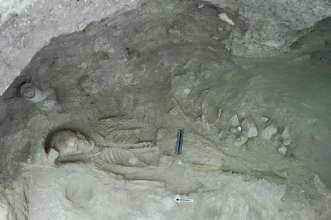Kho báu khổng lồ 3500 tuổi nằm giữa 52 hài cốt - Ảnh 2.